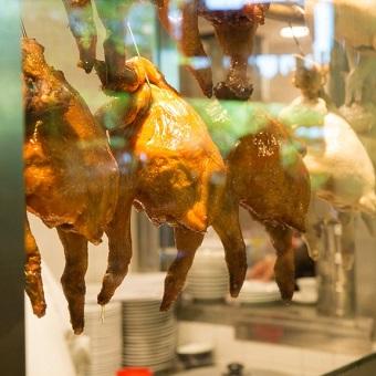丸鶏から丁寧に仕込みをします!現地で学んだ日本人スタッフから本場の味を学べる!