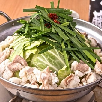 経験者、未経験者ともに大歓迎!まずは鍋料理の簡単な仕込みから♪男性スタッフ活躍中☆