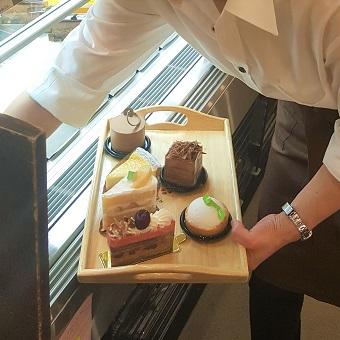 毎日休憩時間に本場仕込みのフランス菓子を試食♪甘いお菓子のご提供と販売