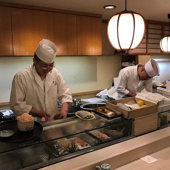 【時給1300円】常連さんの多い銀座のお寿司屋さんでホールのお仕事♪アットホームな個人店で働こう☆