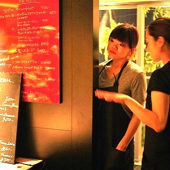 窓から隅田川を望む隠れ家的ビストロ♪常連さんも多数の研修と評価制度充実のプライスレスなホールスタッフ