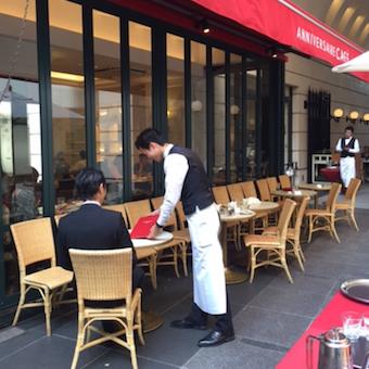 パリで働いているような気分♪表参道のカフェスタッフ◎ラテアートやフレンチテーブルマナーも学べます♪