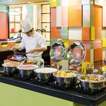 和洋取り揃えた朝食バイキングからビストロディナーまで学べるホテルレストランのキッチン。