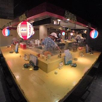 沖縄の屋台をイメージした店内。