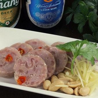 ネームと呼ばれる発酵ソーセージ。豚肉の旨味と、トウガラシの辛味がアジアンビールにぴったり!