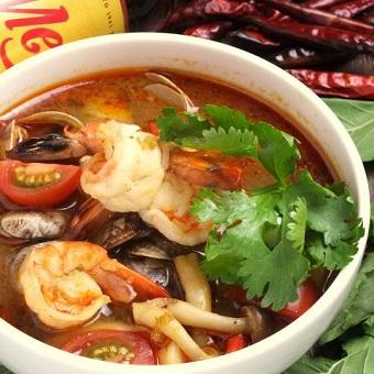「トムヤムタレー」タレーとは、タイ語で海のこと。海老・イカ・アサリなど、海の幸がたっぷり入っています♪