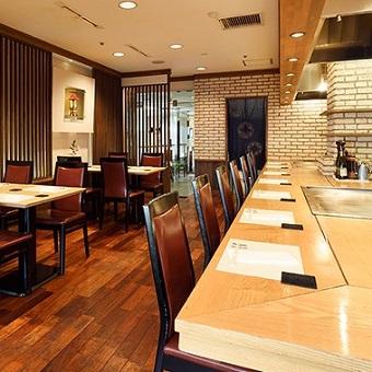 ステーキハウス柳鳳では、お客様の目の前でステーキを焼き上げます。