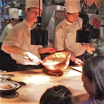 本場フランスの有名レストランで学ぶフレンチ。オープンキッチンではお客様のおいしいを作る魔法の絶品オムレツ