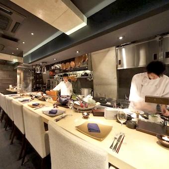 対面式カウンターのフレンチ。能登半島の食材を中心に、お客様に魅せる料理の技を一から磨こう
