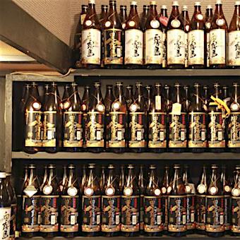 このボトルキープの数が常連さんに愛されている証!お酒の説明もできるようになると昇給チャンスがありますよ!