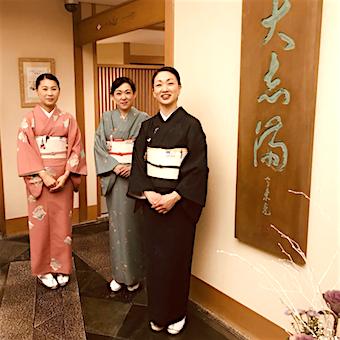 着物を着たホールスタッフがお客様をお出迎え♪いたる所で「和」を感じられる職場です。