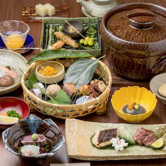 見た目にも美しい割烹料理をお客様に届けます。海外からのお客様も多数いらっしゃいます。
