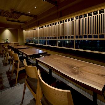 一枚板のテーブルなど細部までこだわった上質な和空間で上質な接客スキルを磨けます♪
