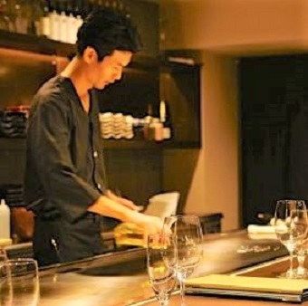 <最大時給1400円>高級鉄板焼き店で料理の腕を磨こう♪ワインの試飲会も◎