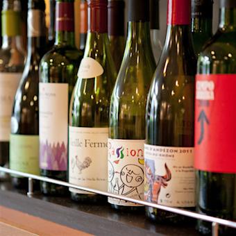 扱うワインも自然派中心。ワインの試飲会もありますよ!