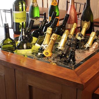 たくさんのワインを店内中央のストッカーで冷やします♪