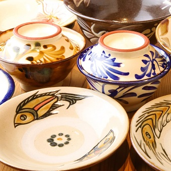 店名の由来にもなっている沖縄伝統の焼き物「やちむん」器からも沖縄を感じられる、沖縄尽くしな環境です☆