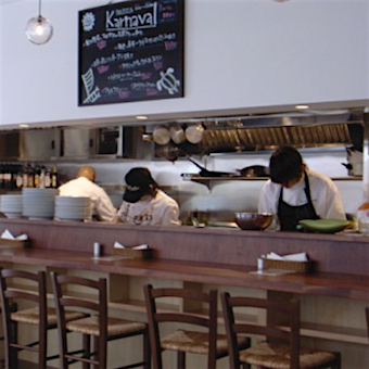 オープンキッチンなのでお客様やホールスタッフとのコミュニケーションを取りながら働けます。