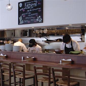 オープンキッチンなので、キッチンスタッフの働く姿も見え連携も取りやすい!