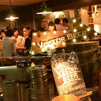 美味しい料理とビールを求めてやってくるお客様。活気のあるお店です。