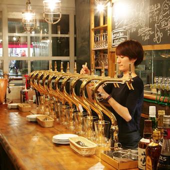 カウンターにはズラリと並ぶビールサーバー。常時10種類を用意します。