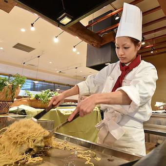 まかないもビュフェ食べ放題!和洋合わせて約50種類のビュッフェ料理をオープンキッチンで作れます♪
