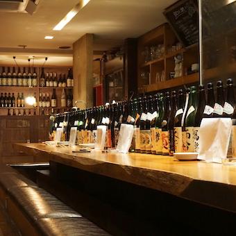 棚やカウンターに日本酒がズラリ!酒蔵への訪問の機会もありますよ!