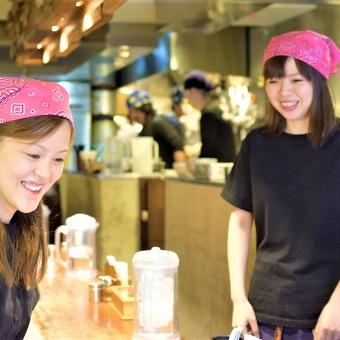 新宿の大人気ラーメン店で働こう♪接客スキルもラーメンの作り方も身につけられます☆