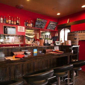 スペインをイメージした赤い壁が特徴的な店内。制服も赤いポロシャツです!