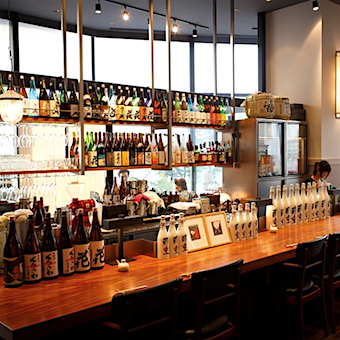 日本酒の扱いも豊富。先輩から教わったり、酒蔵訪問をしたり、日本酒に詳しくなれます。