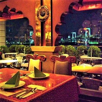 東京湾の素敵な景色を眺めながら食事が楽しめる空間です。
