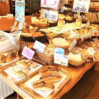 地元から愛される老舗の人気パン屋さん!テラス付きのゆったりとしたお店でパンの販売♫