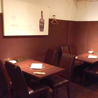 カウンター以外にも、落ち着いた広々としたテーブル席も◎