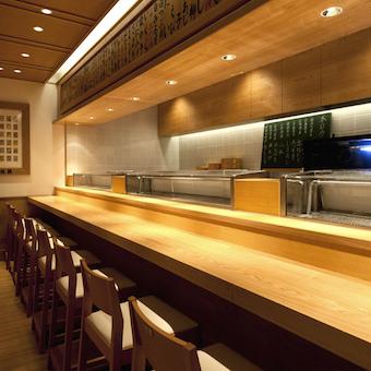 カウンターの奥には職人さんがお寿司を握ります。タダ飯クーポンでお店の味や雰囲気を確かめるのもオススメ!