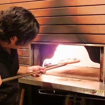 時給1100円♪オープンキッチンの清潔感のあるピッツェリアで料理を作る!常連様も多いお店☆
