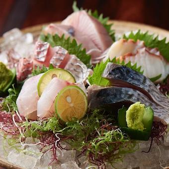 築地の信頼できる仲卸から毎日仕入れる天然物を使った魚料理が自慢!