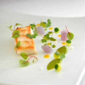 現代アートのような美しい盛り付けの料理。まずは目で、季節の移り変わりや食材の美しさをお楽しみください