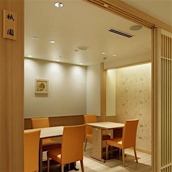 明るく落ち着いた雰囲気の店内。京料理の老舗「美濃吉」の新形態で働こう。