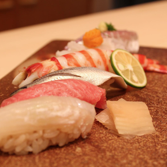 築地と札幌を中心に毎日入荷する新鮮素材を使ったネタと、こだわりのシャリが自慢の鮨。
