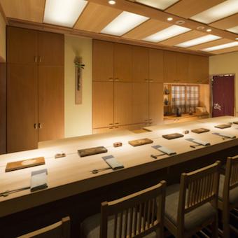 白木の上質な和空間。お客様には経営者や有名人の方もいます。