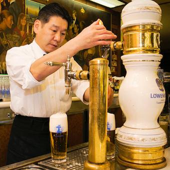 ビールを注ぐのは代々店主のみ!それにより美味しさを保ち続けています。