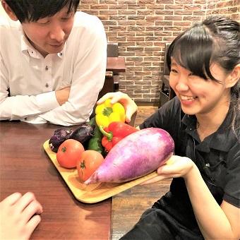 お客様に有機野菜のご説明♪