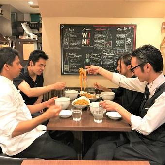 みんなでまかないを食べます♪アットホームな雰囲気でスタッフの定着率も良い職場です!
