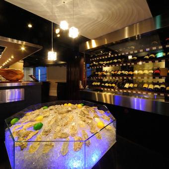 牡蠣が眠る大きなアイスベッドと80種類以上のワインが眠るワインセラーがお客様をお出迎え!