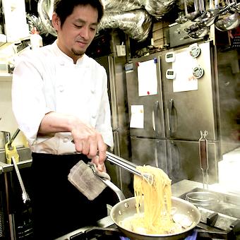 日本各地から届く常時10種類、多くて20種類以上も扱う牡蠣の素材や料理を極めるキッチン!