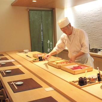 カウンターでは職人さんがお寿司を握ります。