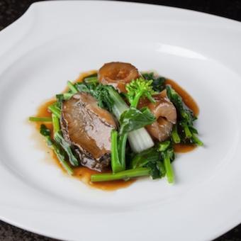料理は3万円の「シェフのおまかせコースのみ」アワビやフカヒレなどの高級食材を使った広東料理。