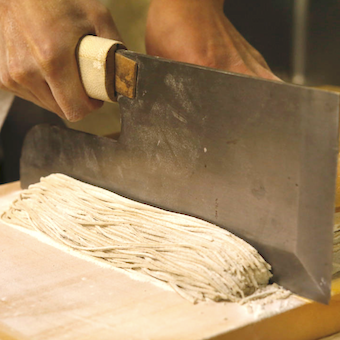 蕎麦は〆に提供するので細く仕上げます。本格手打ち10割蕎麦も学べる!