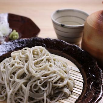 店主自ら厳選した日本の旬食材を使った和食とこだわりの十割蕎麦が自慢。