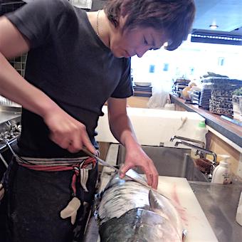 未経験からでもOK!魚をさばく練習は高級魚「のどぐろ」で!最高品質の魚を扱うキッチン業務♪